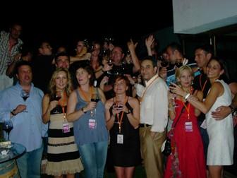Los asistentes brindando por el éxito de la vinoquedada.