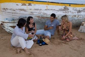 Jóvenes en la playa disfrutando de Tacoronte-Acentejo