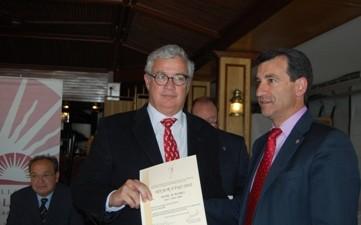 Jose Luis Ferrer recogiendo el diploma