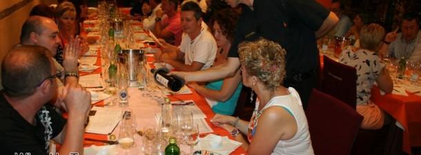 Sirviendo vinos en la cena armonizada de la Cava Aragonesa de Benidorm