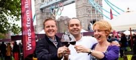 Susy Atkin y Olly Smith, los periodistas que imparten los seminarios de Rioja y las catas guiadas por los stands, flanquean al cocinero español afincado en Londres José Pizarro, autor de las demostraciones culinarias.