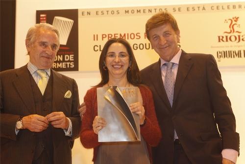 Elena Arzak recibió el premio 'Reconocimiento extraordinario', entregado por el presidente del Consejo Regulador de la D.O. Ca. Rioja, Víctor Pascual. A la i., Francisco López Canís, presidente y fundador del Salón de Gourmets.