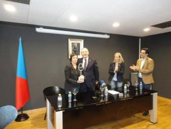 Cristina Alcalá recoge el premio de manos de D. Sebastián García, Alcalde de Socuéllamos
