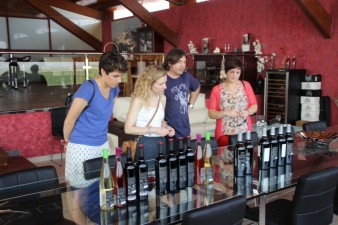 Benjamín, de Finca El Refugio mostrando su gama de vinos